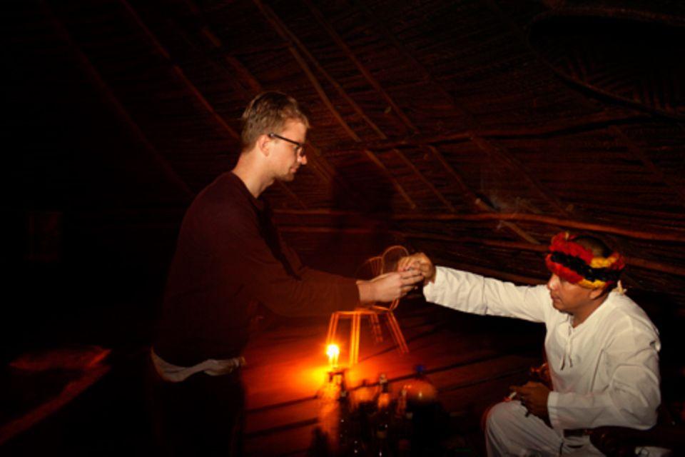 Zuhause: Unser Autor war auch bei der dritten Zeremonie noch angespannt, wenn der Schamane ihn zu sich rief, um ihm den Becher mit Ayahuasca zu überreichen.
