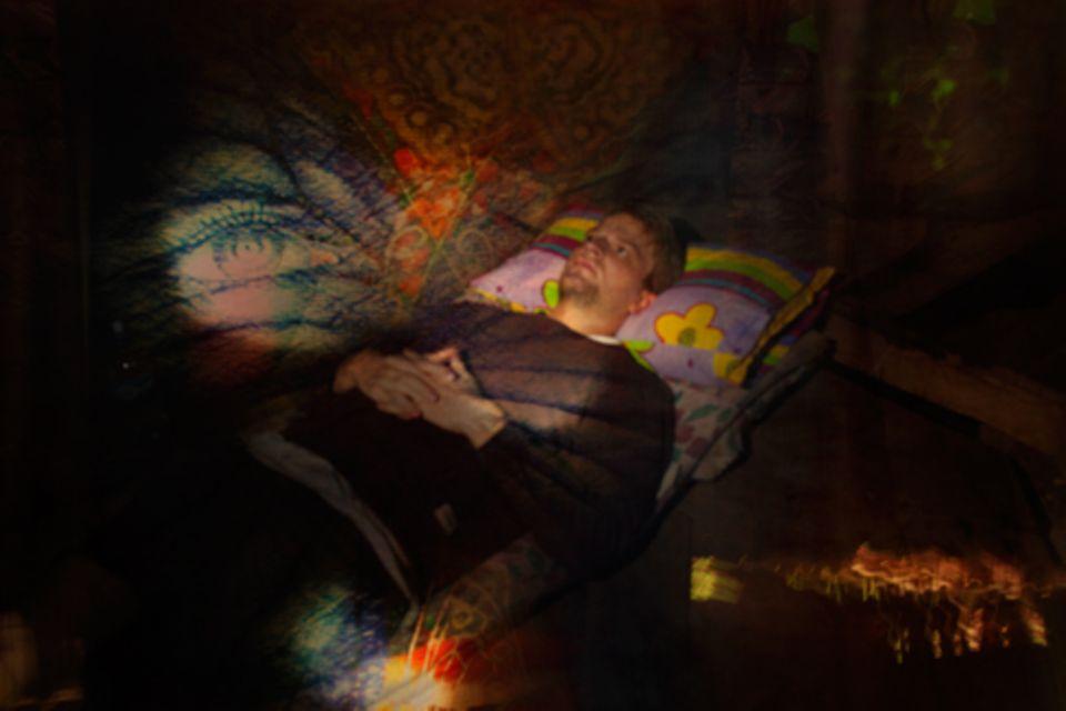 Zuhause: Warten auf die Geister. Ayahuasca im Bauch, Percy singt, gleich geht die Reise los.