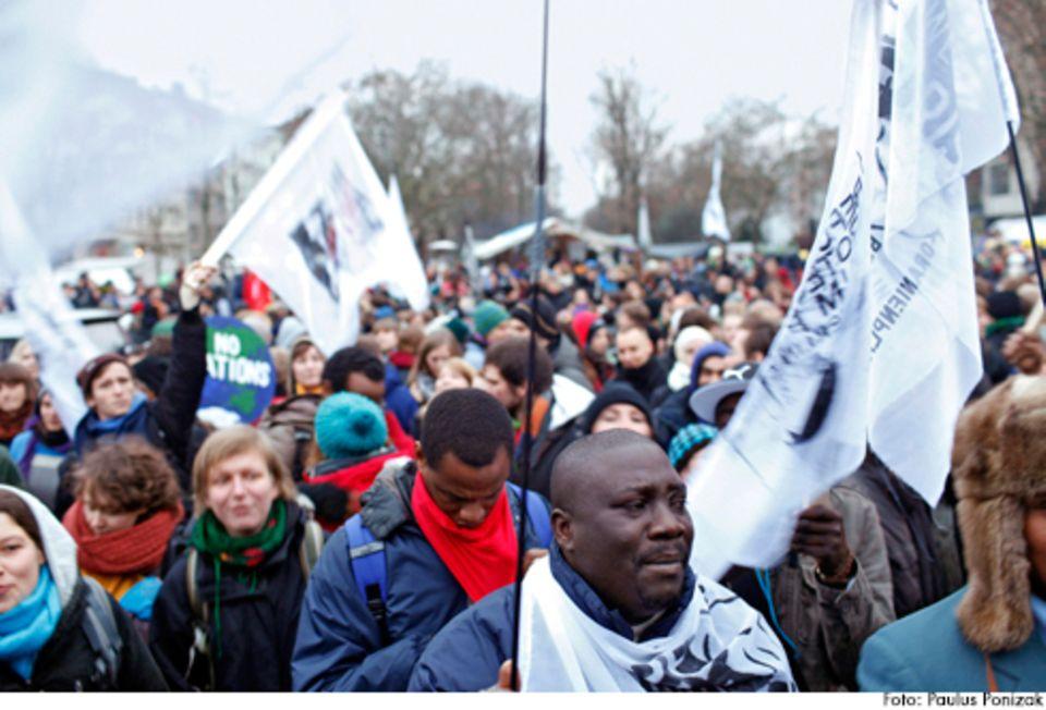 Politik: Max war einer von 400 Menschen, die im Dezember 2013 in dem Flüchtlingscamp in Berlin-Kreuzberg für eine andere Asylpolitik demonstrieren – auf dem Oranienplatz traf er auch Napuli.