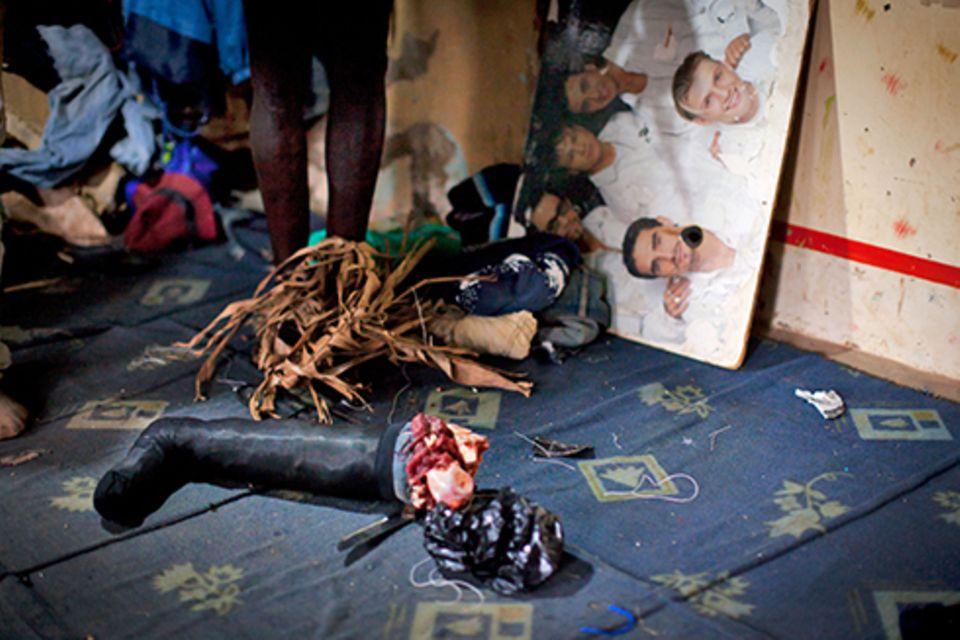 Zuhause: Im Proberaum liegt eine Requisite für den nächsten Kannibalenfilm vor einem in Uganda gestrandeten Backstreet-Boys-Poster. Kannibalenfilme sind ein von Isaac erst kürzlich entdecktes Genre