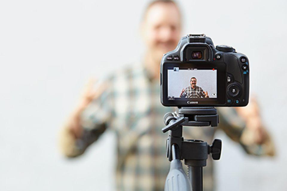 Politik: Kleines Budget, große Wirkung: Mit dieser Kamera nimmt Dominic Schmitz seine Anti-Hass-Videos auf.