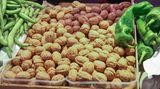 Lagerung  Nüsse sollten niemals in Plastik verpackt aufbewahrt werden. In Plastikverpackungen kann sich Feuchtigkeit bilden, das wiederum fördert Schimmel. Frische Nüsse entweder in einem Netz oder in einer Holzkiste lagern. So bleiben sie länger haltbar.
