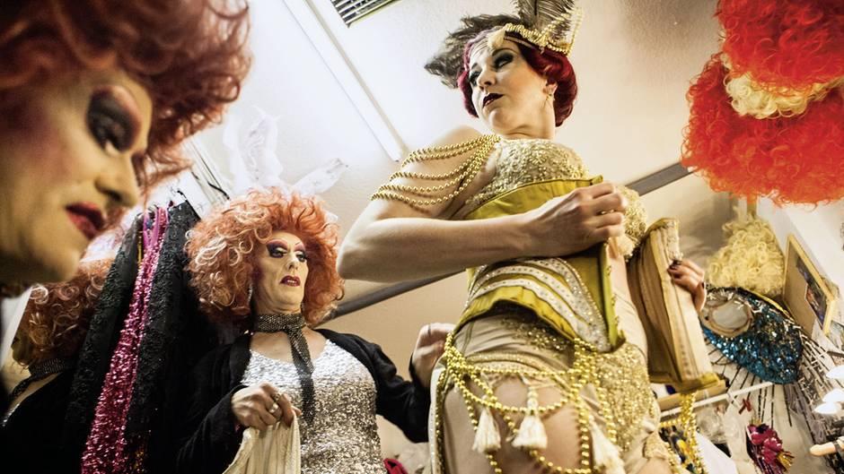 Barbie und Lee Jackson helfen Eve Champagne beim Verkleiden