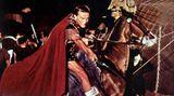 """In dem Sandalenfilm """"Spartacus"""" von 1960 übernahm Kirk Douglas nicht nur die Hauptrolle des berühmten revolutionären Sklaven, er war auch ausführender Produzent. Als Douglas mit dem ursprünglich eingesetzten Regisseur Anthony Mann in Streit geriet, feuerte er ihn kurzerhand und setzte Stanley Kubrick ein. Zudem beauftragte der zeitlebens politisch denkende Filmstar den Autor Dalton Trumbo mit dem Drehbuch. Trumbo stand damals noch auf der schwarzen Liste der geächteten Künstler, da ihm """"kommunistische Umtriebe"""" nachgesagt wurden."""