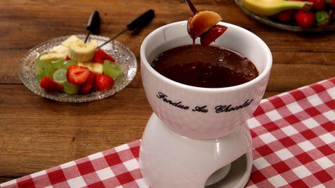 Himmlisches Schokoladen-Fondue mit Erdbeeren, Weintrauben und Co.