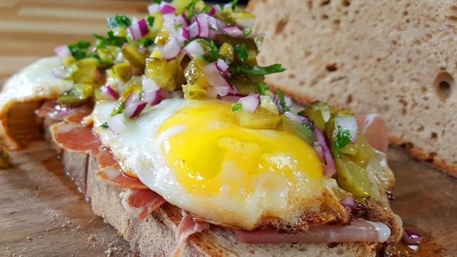 Einfach Stulle: Herrliche Hausmannskost – Strammer Max mit Gurken-Zwiebel-Salat