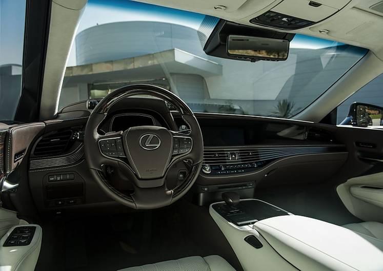 Der Innenraum glänzt mit edlen Materialien
