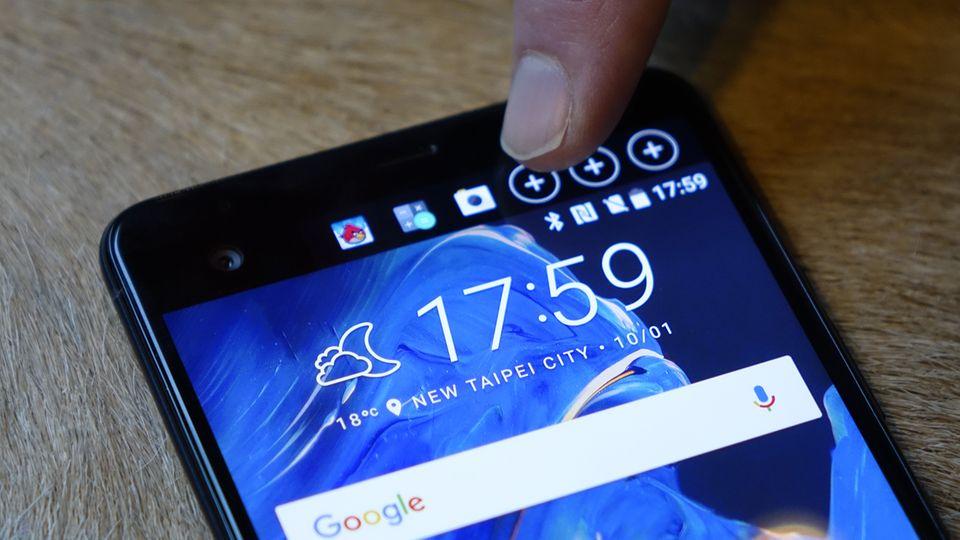 Welche Apps und Benachrichtigungen im Mini-Display am oberen Rand erscheinen, entscheidet der Nutzer