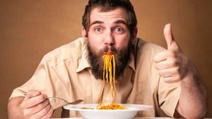 Schaufeln Sie niemals das Essen in den Mund  Lehnen Sie sich nicht über den Teller und stopfen Sie nicht. MacPherson empfiehlt, die Gabel zum Mund zu bringen – auch wenn es bei Spaghetti vielleicht schwer fällt.