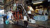Antikes im Hightech-Land Japan: Eine uralte Maschine zerschreddert das Eis für die Kühlung in Eimer. Große Eisblöcke werden an Haken über den Fußboden gezogen oder auf dreirädrigen Elektrokarren transportiert.