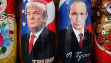 Donald Trump und Wladimir Putin als Matrjoschkas in einem Geschäft in Sankt Petersburg