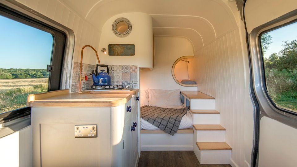 Helle Farben, echtes Holz und runde Formen heben den Innenraum heraus.