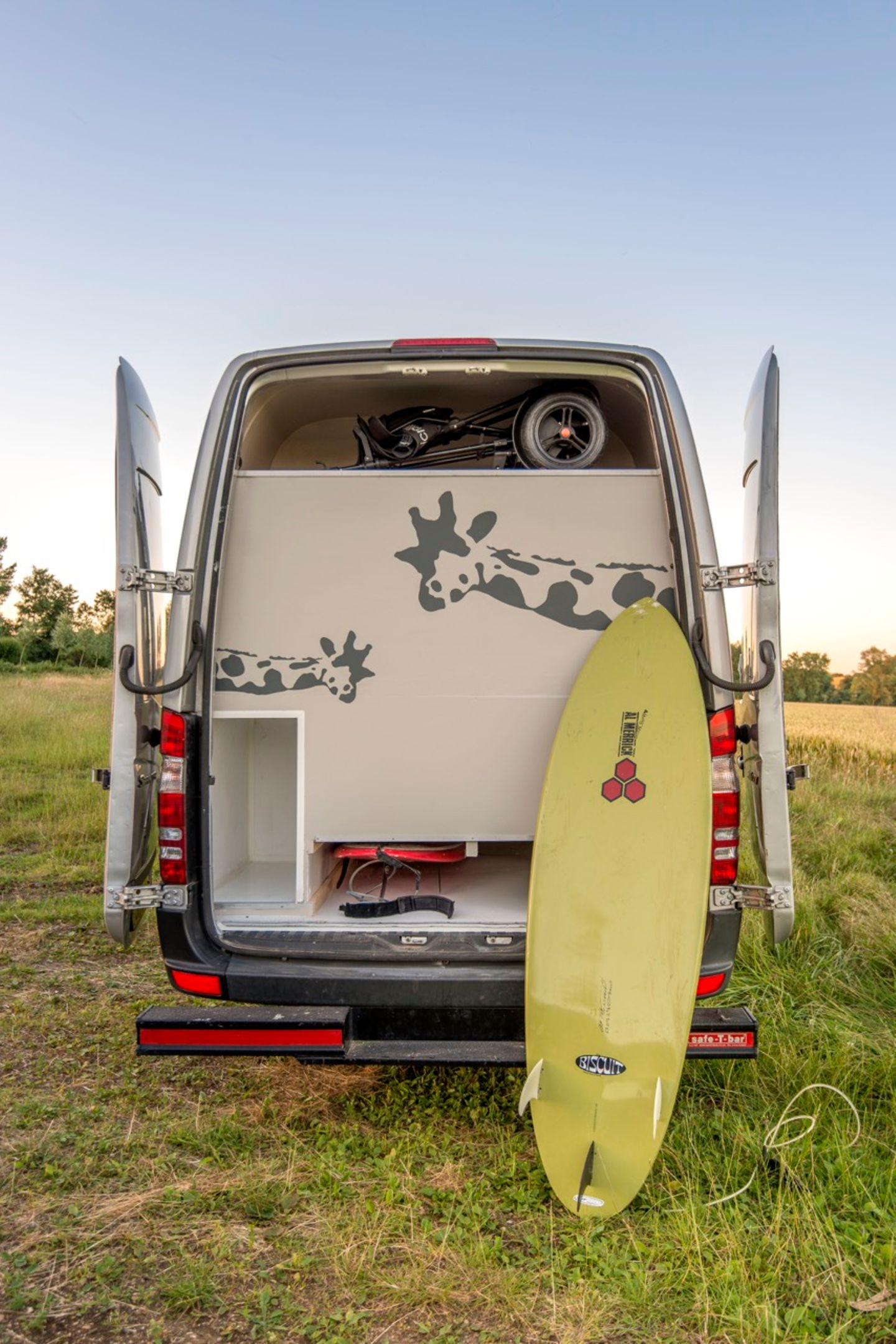 Typisch für Surfmobile ist die Unterbringung der Bretter unterflur.