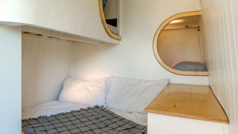 Herzstück der Ausstattung ist die Bettinsel, in der auch der Stauraum integriert ist.
