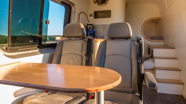 Die Nachrüstung mit den komfortablen Campingstühlen und drehbaren Stühlen in der ersten Reihe war die teuerste Einzelbeschaffung für den Umbau.
