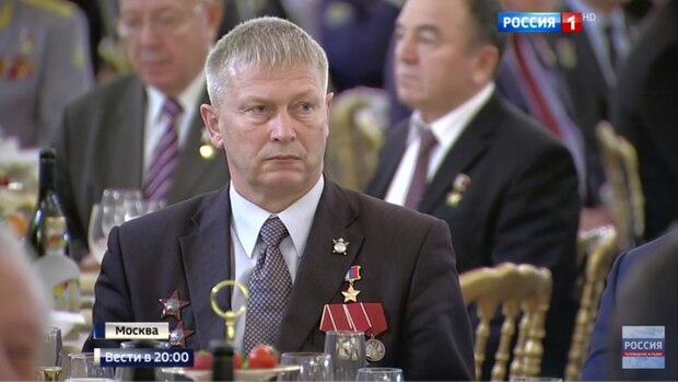 """Andrej Troschew mit der goldenen Medaille eines """"Helden Russlands"""" beim Bankett im Kreml"""