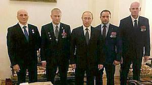 """Kommandeur der """"Wagner""""-Truppe Dmitri Utkin (r.) und sein Stellvertreter Andrej Troschew (2. v. l.) mit Wladimir Putin im Kreml"""