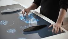 Wie im Science-Fiction-Film: auf einem 40,6 Zoll Riesen-Touchscreen können sich die Kunden ihr Auto zusammenstellen