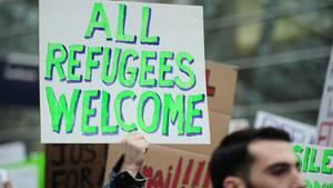 Am Flughafen in der amerikanischen Stadt Portland demonstrieren Menschen gegen das neue Einreiseverbot von Donald Trump