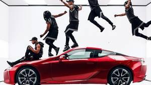 In dem Spot des schwedischen Regisseurs Jonas Akerlund geht es nicht um (Selbst)Ironie, sondern um ästhetische Bilder von Tänzern und Lexus LC 500.