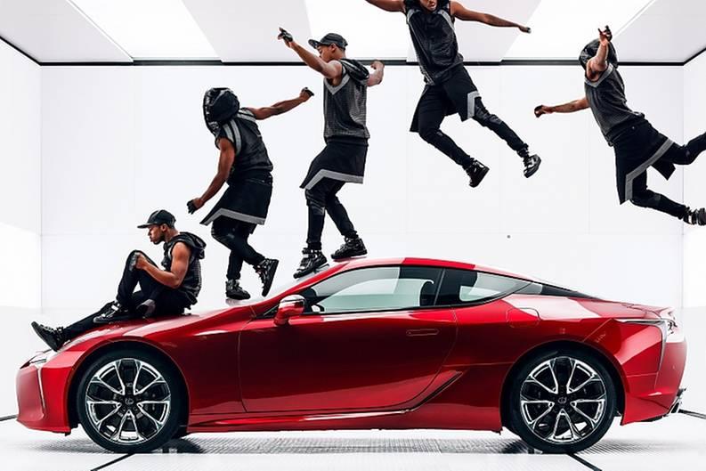In dem Spot des schwedischen Regisseurs Jonas Akerlund geht es nicht um (Selbst)Ironie, sondern um ästhetische Bilder von Tänzer