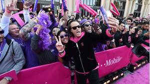 T-Mobile-Chef John Legere schießt ein Selfie mit einer Fan-Menge