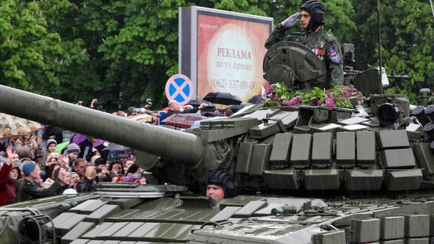 Michail Tolstych alias Giwi lässt sich bei der Parade zum Jahrestag des Sieges über Nazi-Deutschland in Donezk feiern