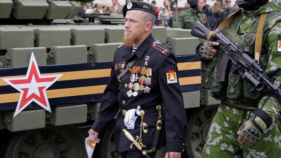 Arsenij Pawlow, der unter dem Kampfnamen Motorola berühmt wurde, bei der Siegesparade am 9. Mai 2015 in Donezk