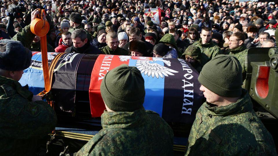 Hunderte Menschen kamen am freitag zu der Beerdigung des Kommandeurs Giwi