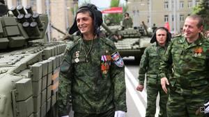 Ukraine: Michail Tolstych alias Giwi bei einer Parade in Donezk