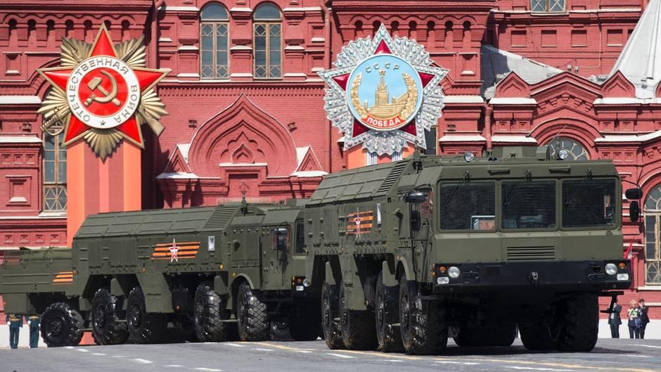 Startbatterien der bekannten Iskander M nehmen an der Siegesparade auf dem Roten Platz teil.