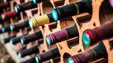 Offene Flasche Wein  Im Gefrierschrank: 4 bis 6 Monate  Im Kühlschrank: 3 bis 5 Tage      Geschlossene Flasche Wein  Im Vorratsschrank: mindestens drei Jahre  Beim Wein gibt es zwar kein MHD, trotzdem eine Orientierung wie lang sie Wein hält.
