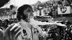 1969 GP France (Clermont-Ferrand): Bei dem tiefen Zug aus der Magnum-Flasche hat Jackie Stewart nicht aufgepasst.  The Golden Age of Formula 1, Kleine Ausgabe - Rainer W. Schlegelmilch - 24,90 Euro