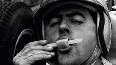 1962 GP Belgium (Spa-Francorchamps): Jack Brabham (Lotus) genießt ein Eis vor dem Start.  The Golden Age of Formula 1, Kleine Ausgabe - Rainer W. Schlegelmilch - 24,90 Euro