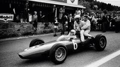 1964 GP Belgium (Spa-Francorchamps): Nach einem Unfall transportiert Giancarlo Baghetti seine Kollegen Phil Hill und Bob Anderson so auf seiner BRM P57 mit.  The Golden Age of Formula 1, Kleine Ausgabe - Rainer W. Schlegelmilch - 24,90 Euro