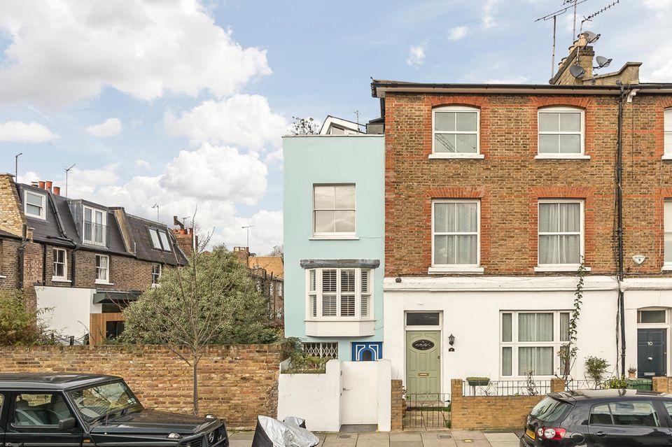 Das kleine türkis-blaue Haus ist im Angebot, nicht etwa das große rote Gebäude.  Dexters:Angebot Kilmarsh Road, Hammersmith
