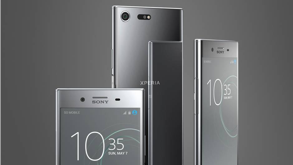 Ein Sony Xperia XZ Premium reflektiert sich in der Chrome-Rückseite eines weiteren Sony Xperia XZ Premium