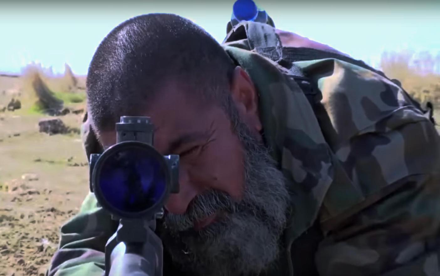 Entfernungsmesser Scharfschütze : Scharfschütze sniper trifft is kämpfer in metern entfernung