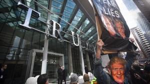 Demonstranten protestieren vor dem neuen Hotel von Donald Trump in Vancouver