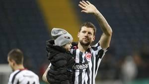 Eintracht Frankfurts Marco Russ winkt nach seinem Comeback ins Publikum