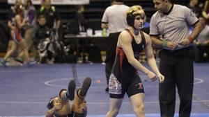 Der transsexuelle Junge Mack Beggs ringt seine Gegnerin nieder.
