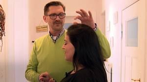 Psychotherapeut Harald Krutiak behandelt ein Frau mit Essstörung durch Hypnotherapie.