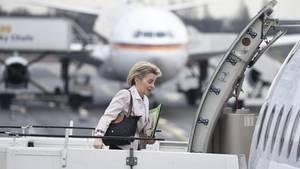 Verteidigungsministerin Ursula von der Leyen steigt in ein Flugzeug in Berlin, um zur Bundeswehr ins Baltikum zu reisen.