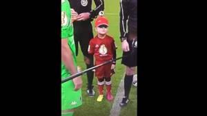 DFB-Pokal-Einlaufkind Jonas und sein fragender Blick: Warum gibt mir Lars Stindl nicht die Hand?