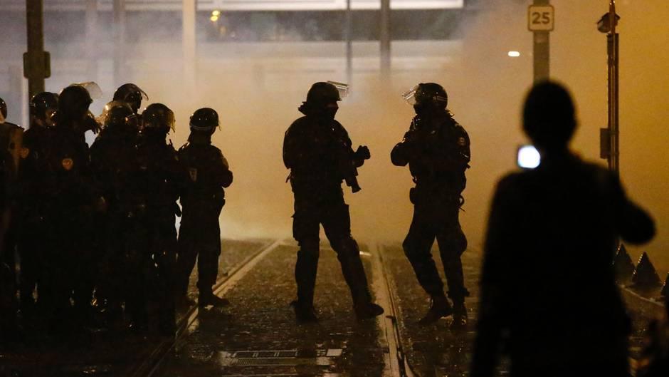 Polizisten patrouillieren während eines Protestes in Paris