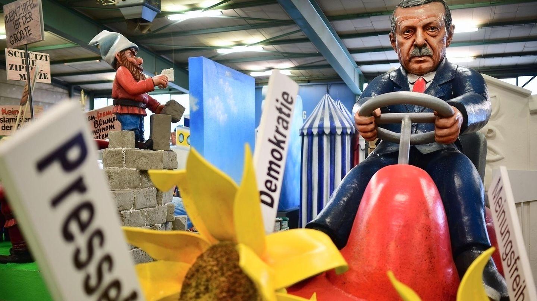 Türkei-Präsident Recep Tayyip Erdogan auf einem Motivwagen für den Rosenmontagszug in Mainz