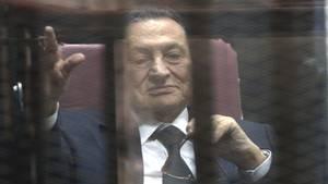 Der ehemalige ägyptische Staatspräsident Husni Mubarak im April 2015 in einem Käfig im Kairoer Gericht