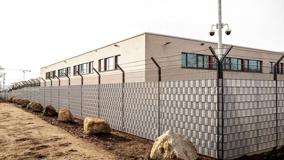 Für das Verfahren wurde in Dresden eigens ein Gebäude umgebaut. Die Felsbrocken sollen Lkws aufhalten