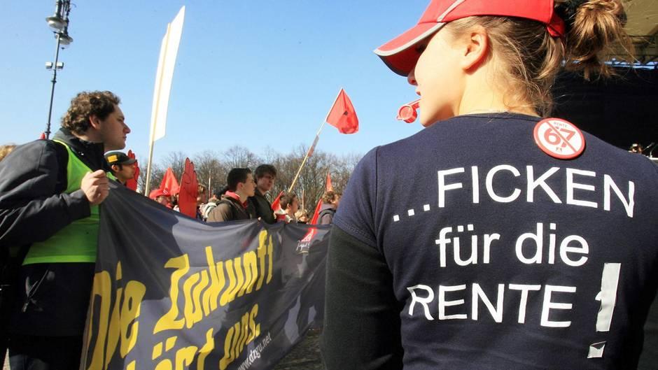 """""""Ficken für die Rente!"""" steht auf dem T-Shirt einer Demonstrantin im Jahr 2007"""