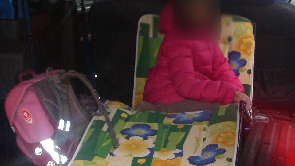 Ein neunjähriges Mädchen wird in Bochum auf der Ladepritsche eines Kastenwagens transportiert